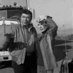 Claude Akins explains his plan to Janet Leigh